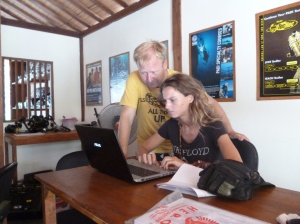 PADI Course Director helps IDC candidate to find the PADI performance requirements